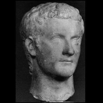 Caligula, une petite pointure ? Non Caligula en grandes…pompes !